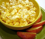 Popcorn with apple slices